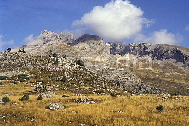 aa0473-35LE : Grand Ferrand, Massif du Dévoluy, Hautes-Alpes, Alpes.  Europe, CEE, ciel bleu, herbe, C02, C01, champ moyenne montagne, paysage (France).