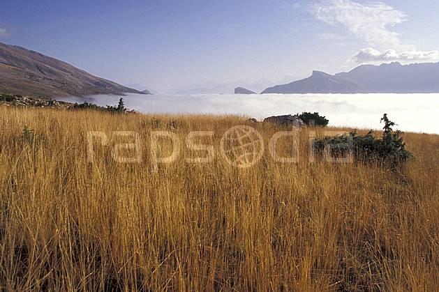 aa0473-36LE : Dévoluy, Hautes-Alpes, Alpes.  Europe, CEE, ciel bleu, herbe, mer de nuages, C02, C01, champ moyenne montagne, paysage (France).