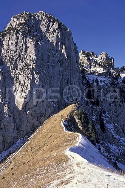 aa0498-07LE : Col des Frettes, Haute-Savoie, Alpes.  Europe, CEE, arête, ciel bleu, falaise, herbe, C02, C01 moyenne montagne, paysage, Annecy 2018 (France).