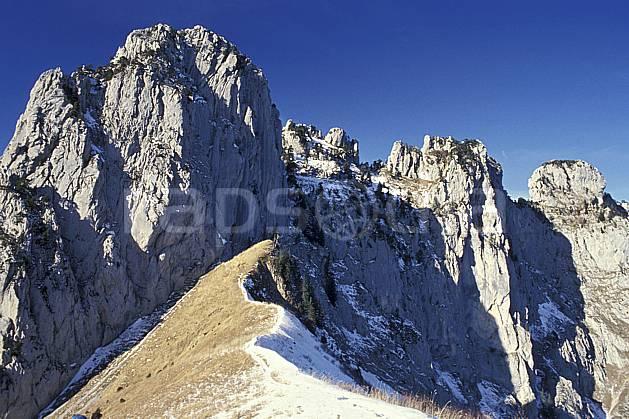 aa0498-09LE : Col des Frettes, Haute-Savoie, Alpes.  Europe, CEE, arête, ciel bleu, falaise, herbe, C02, C01 moyenne montagne, paysage, Annecy 2018 (France).