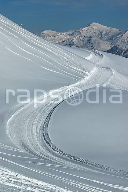 aa050016LE : Depuis les Contamines, le massif du Buet, Haute-Savoie, Alpes.  Europe, EEC, footpath, road, ski run, powder snow, track middle mountain, landscape, Annecy 2018 (France).