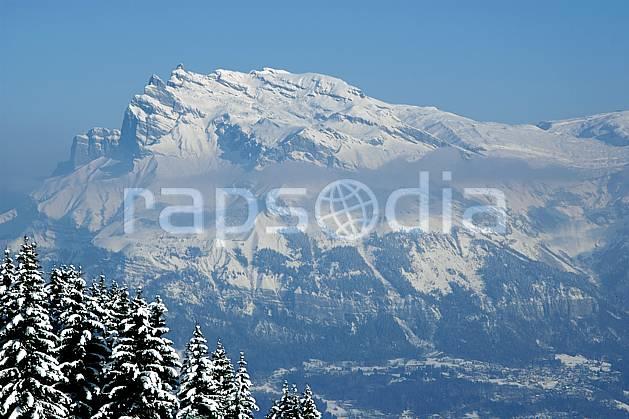 aa050897LE : Tête du Colonney et Désert de Platé, Haute-Savoie, Alpes.  Europe, CEE, brouillard, sapin, enneigé, vallée, C02, C01 arbre, forêt, moyenne montagne, paysage, Annecy 2018 (France).