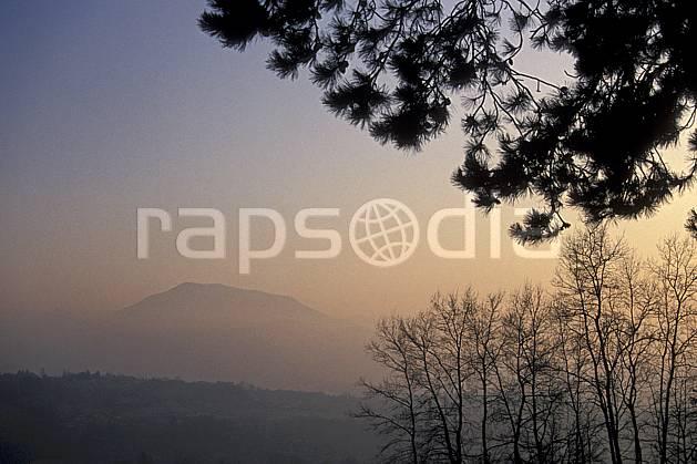 aa0516-08LE : Le Semnoz dans la brume, Haute-Savoie, Alpes.  Europe, CEE, brouillard, ciel voilé, C02, C01, coucher de soleil arbre, moyenne montagne, paysage, Annecy 2018 (France).