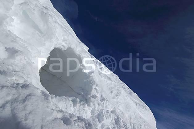 aa054636LE : Trou dans la neige.  Amérique du sud, Amérique Latine, Amérique, C02, C01 gros plan, moyenne montagne, voyage aventure (Argentine).