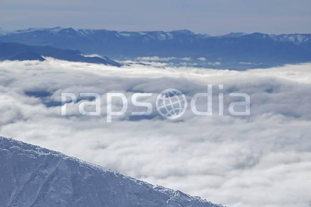 aa054812LE : Cerro Catedral, Bariloche, Patagonie.  Amérique du sud, Amérique Latine, Amérique, chaine de montagnes, C02, C01, vallée moyenne montagne, nuage, paysage, voyage aventure (Argentine).
