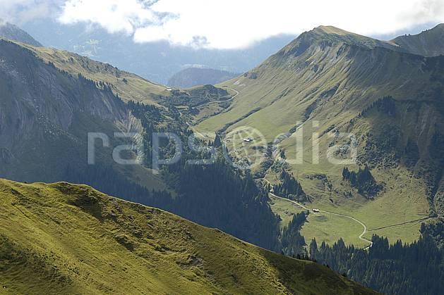 aa055692LE : Morzine, Avoriaz, sous la Pointe de Fornet, Haute-Savoie, Alpes.  Europe, CEE, vallée, route, col, C02, C01, arête forêt, moyenne montagne, paysage, Annecy 2018 (France).