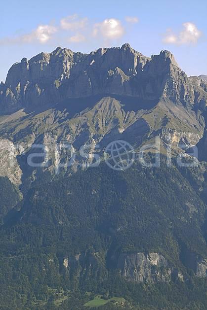 aa055793LE : Tête du Colonney et Aiguille de Varan depuis Croisse Baulet, Haute-Savoie, Alpes.  Europe, CEE, C02, C01, falaise forêt, moyenne montagne, paysage, Annecy 2018 (France).