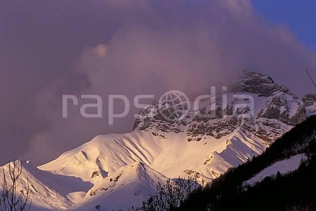 aa0566-32LE : Montagne enneigée, Beauges, Savoie, Alpes.  Europe, CEE, ciel nuageux, C02, C01, coucher de soleil moyenne montagne, paysage (France).