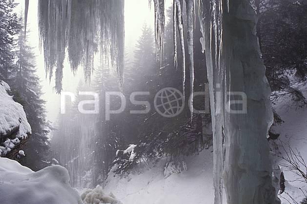 aa0568-05LE : Cascade gelée du Pas du Roc, Haute-Savoie, Alpes.  Europe, CEE, brouillard, glace, stalactite, C02, C01, pluie forêt, moyenne montagne, paysage, Annecy 2018 (France).