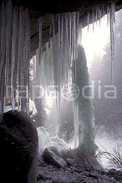 aa0568-09LE : Cascade gelée du Pas du Roc, Haute-Savoie, Alpes.  Europe, CEE, brouillard, glace, stalactite, stalagmite, C02, C01, pluie moyenne montagne, paysage, Annecy 2018 (France).
