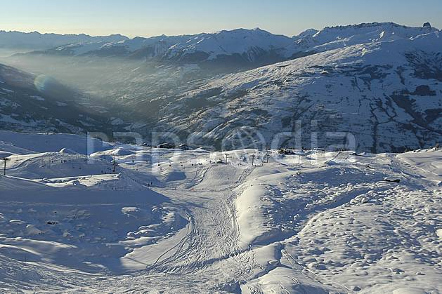 aa060542LE : Les Arcs, vallée de Bourg Saint Maurice, Savoie, Alpes.  Europe, CEE, station de ski, piste, vallée, brouillard, téléski, C02, C01 moyenne montagne, paysage (France).