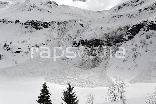 aa061033LE : Coulée de neige, Avalanche, Flaine, Haute-Savoie, Alpes.  Europe, CEE, risque, avalanche, barre rocheuse, C02, C01 arbre, moyenne montagne, paysage, Annecy 2018 (France).