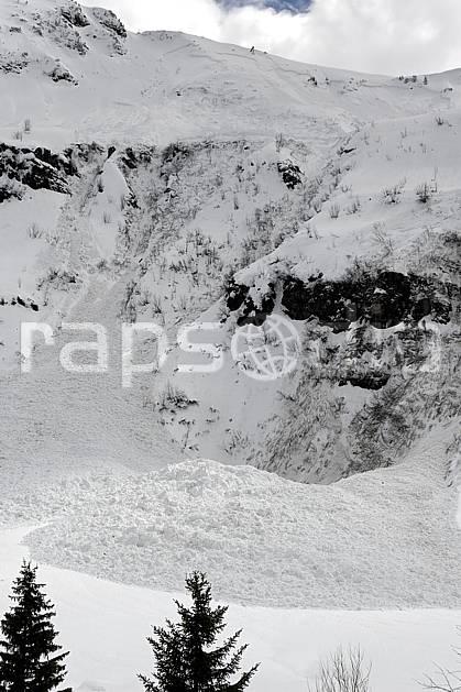 aa061034LE : Coulée de neige, Avalanche, Flaine, Haute-Savoie, Alpes.  Europe, CEE, risque, avalanche, barre rocheuse, C02, C01 arbre, moyenne montagne, paysage, Annecy 2018 (France).