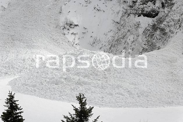 aa061035LE : Coulée de neige, Avalanche, Flaine, Haute-Savoie, Alpes.  Europe, CEE, risque, avalanche, barre rocheuse, C02, C01 arbre, moyenne montagne, paysage, Annecy 2018 (France).