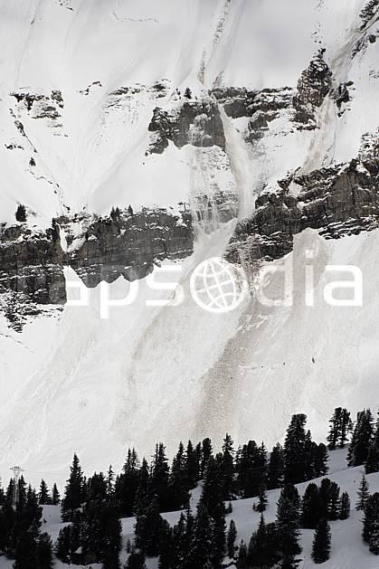aa061038LE : Coulée de neige, Avalanche, Flaine, Haute-Savoie, Alpes.  Europe, CEE, risque, avalanche, barre rocheuse, C02, C01 moyenne montagne, paysage, Annecy 2018 (France).