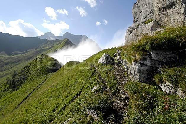 aa063013LE : Col de Bise, Chablais, Haute-Savoie, Alpes.  Europe, CEE, col, C02, C01, sentier moyenne montagne, nuage, paysage, Annecy 2018 (France).