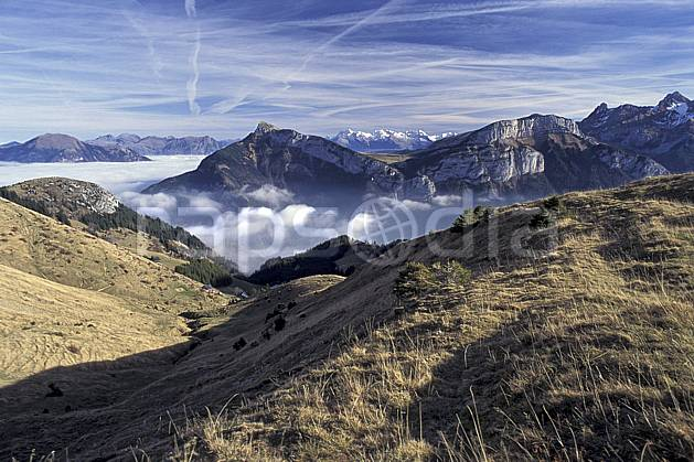 aa0687-02LE : Pointe d'Anday, depuis Sur Cou, Haute-Savoie, Alpes.  Europe, CEE, brouillard, herbe, C02, C01 moyenne montagne, paysage, Annecy 2018 (France).