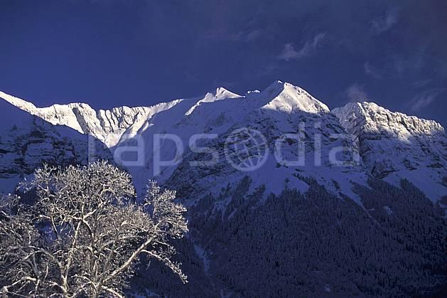 aa0696-28LE : Crêt des Mouches depuis le Col de la Forclaz, Haute-Savoie, Alpes.  Europe, CEE, ciel bleu, C02, C01 arbre, moyenne montagne, paysage, Annecy 2018 (France).