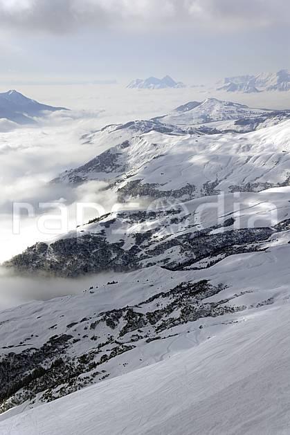 aa070005LE : Depuis le col du Joly (Les Contamines), vue sur la vallée d'Hauteluce et les Saisies, Beaufortain, Alpes.  Europe, CEE, brouillard, C02, vallée, mauvais temps moyenne montagne, nuage, paysage (France).