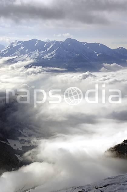 aa070007LE : Depuis le col du Joly (Les Contamines), vue sur la vallée d'Hauteluce, Beaufortain, Alpes.  Europe, CEE, brouillard, C02, mauvais temps moyenne montagne, nuage, paysage (France).