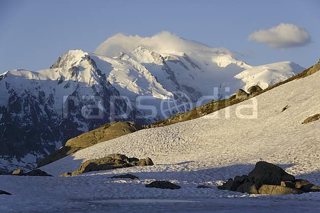 aa071396LE : Lac Blanc et massif du Mont Blanc, Aiguilles Rouges, Chamonix, Alpes.  Europe, CEE, aurore, C02 lac, moyenne montagne, nuage, paysage (France).