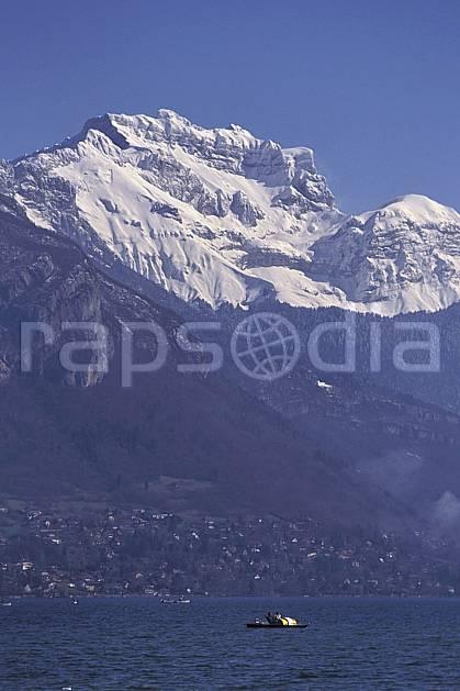aa0721-01LE : Lac d'Annecy, la Tournette, Haute-Savoie, Alpes.  Europe, CEE, ciel bleu, C02, C01, pédalo moyenne montagne, paysage, Annecy 2018 (France).