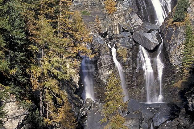 aa0855-16LE : Cascade dans le Grand Paradis, Alpes.  Europe, CEE, mélèze, C02, C01, falaise cascade, moyenne montagne, paysage (Italie).