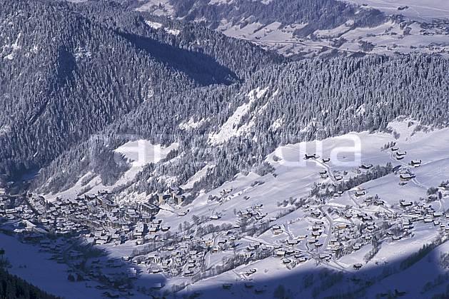 aa0886-22LE : La Clusaz, Haute-Savoie, Alpes.  Europe, CEE, sapin, vue aérienne, vallée, village, C02, C01 arbre, forêt, moyenne montagne, paysage, Annecy 2018 (France).