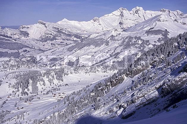 aa0887-36LE : Aravis, Haute-Savoie, Alpes.  Europe, CEE, ciel bleu, sapin, C02, C01 moyenne montagne, paysage, Annecy 2018 (France).