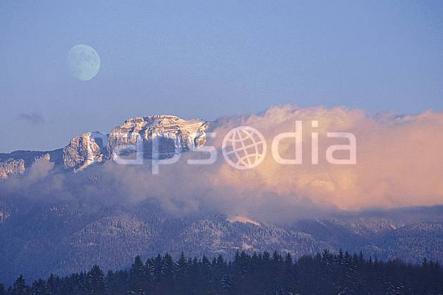 aa1079-02LE : Parmelan, Haute-Savoie, Alpes.  Europe, CEE, coucher de soleil, C02, C01 forêt, lune, moyenne montagne, nuage, paysage, Annecy 2018 (France).