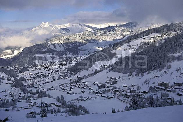 aa1081-10LE : La Clusaz, Haute-Savoie, Alpes.  Europe, CEE, ciel nuageux, vallée, village, C02, C01 environnement, habitation, moyenne montagne, paysage, Annecy 2018 (France).