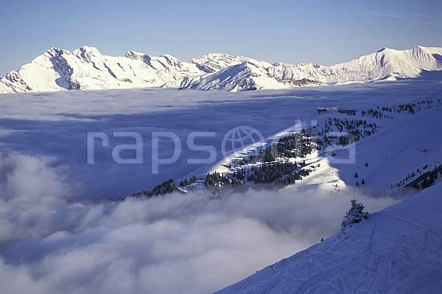 aa1092-01LE : La Clusaz depuis le téléphérique de l'Etale, Haute-Savoie, Alpes.  Europe, CEE, ciel bleu, brouillard, espace, mer de nuages, pureté, C02, C01 moyenne montagne, nuage, paysage, Annecy 2018 (France).