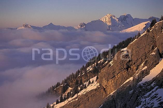 aa1102-04LE : Aravis, Haute-Savoie, Alpes.  Europe, CEE, barre rocheuse, ciel bleu, mer de nuages, coucher de soleil, C02, C01 moyenne montagne, nuage, paysage, Annecy 2018 (France).