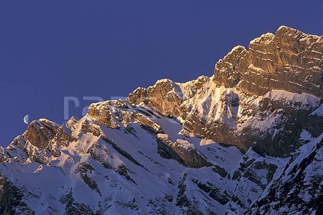 aa1116-08LE : La Blonière, Aravis, Haute-Savoie, Alpes.  Europe, CEE, ciel bleu, aurore, falaise, C02, C01 lune, moyenne montagne, paysage, Annecy 2018 (France).