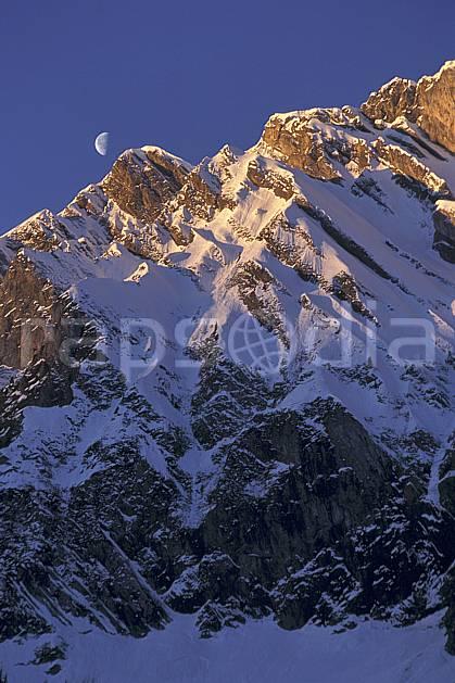 aa1116-10LE : La Blonière, Aravis, Haute-Savoie, Alpes.  Europe, CEE, ciel bleu, aurore, falaise, C02, C01 lune, moyenne montagne, paysage, Annecy 2018 (France).