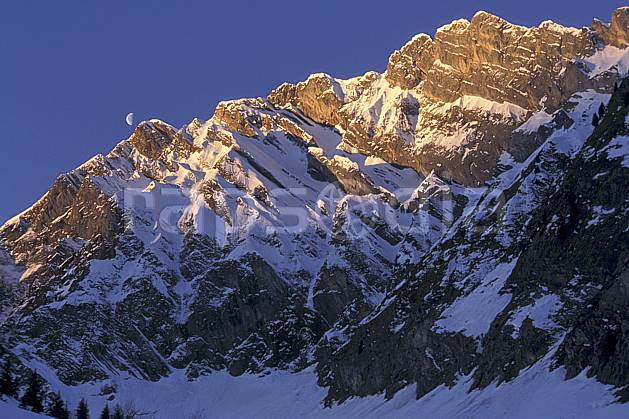 aa1116-11LE : La Blonière, Aravis, Haute-Savoie, Alpes.  Europe, CEE, ciel bleu, aurore, falaise, C02, C01 lune, moyenne montagne, paysage, Annecy 2018 (France).