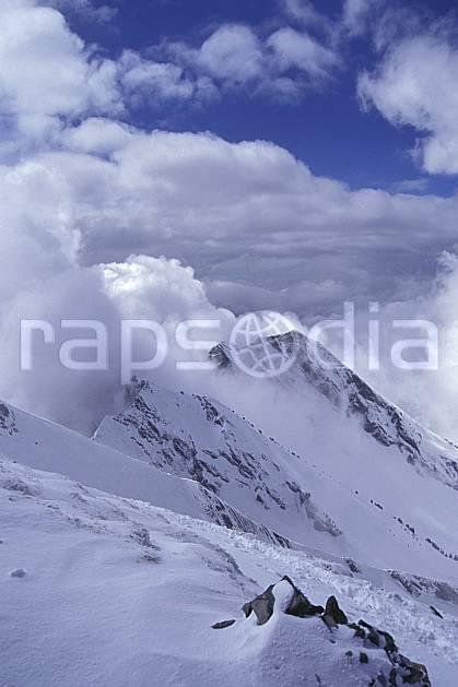 aa1154-28LE : Aiguilles du Mont depuis le Charvin, Haute-Savoie, Alpes.  Europe, CEE, ciel nuageux, arête, sommet, mauvais temps, C02, C01 haute montagne, moyenne montagne, nuage, paysage, Annecy 2018 (France).
