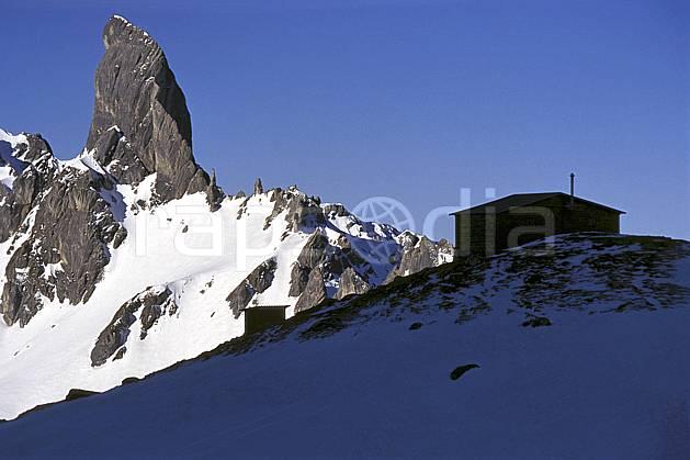 aa1180-33LE : Pierra Menta, Refuge de Presset , Beaufortin, Savoie, Alpes.  Europe, CEE, refuge, cabane, ciel bleu, pic, C02, C01 environnement, habitation, moyenne montagne, paysage (France).