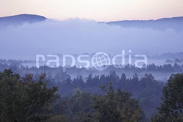 aa1240-26LE : Paysage Jura.  Europe, CEE, brouillard, ciel voilé, sapin, C02, C01 arbre, forêt, moyenne montagne, paysage (France).