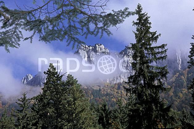 aa2079-19LE : Dents de Lanfon, Haute-Savoie, Alpes.  Europe, CEE, ciel nuageux, sapin, C02, C01 arbre, forêt, moyenne montagne, paysage, Annecy 2018 (France).