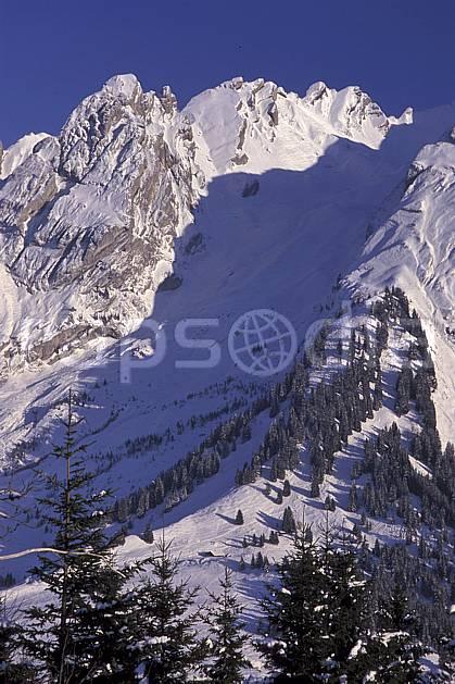 aa2104-33LE : Combe des Aravis depuis le Danay, Haute-Savoie, Alpes.  Europe, CEE, ciel bleu, sapin, C02, C01 moyenne montagne, paysage, Annecy 2018 (France).