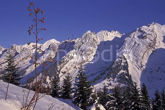 aa2105-10LE : Chaine des Aravis versant nord/ouest, Haute-Savoie, Alpes.  Europe, CEE, ciel bleu, sapin, C02, C01 arbre, moyenne montagne, paysage, Annecy 2018 (France).