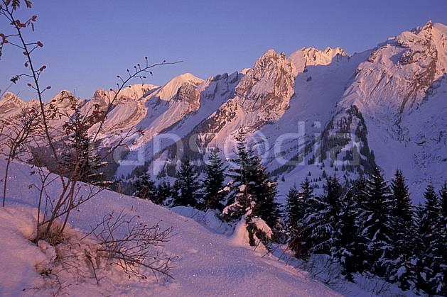 aa2105-23LE : Chaine des Aravis versant nord/ouest, Haute-Savoie, Alpes.  Europe, CEE, ciel bleu, sapin, C02, C01 arbre, moyenne montagne, paysage, Annecy 2018 (France).