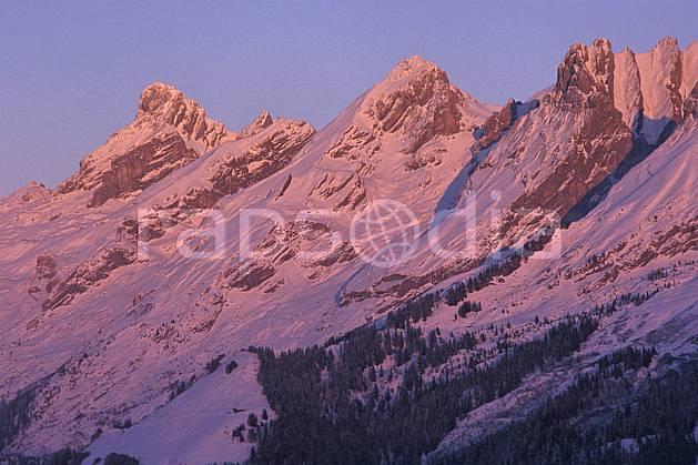 aa2105-28LE : Chaine des Aravis versant nord/ouest, Haute-Savoie, Alpes.  Europe, CEE, ciel bleu, coucher de soleil, C02, C01 arbre, moyenne montagne, paysage, Annecy 2018 (France).