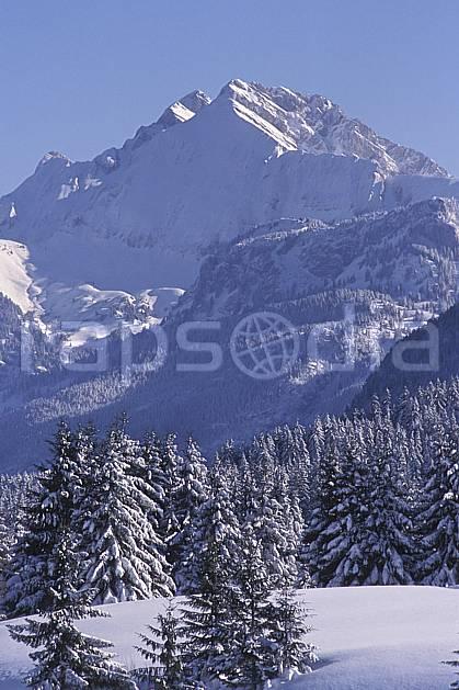 aa2127-02LE : Jallouvre depuis le plateau des Glières, Haute-Savoie, Alpes.  Europe, CEE, ciel bleu, sapin, C02, C01 arbre, forêt, moyenne montagne, paysage, Annecy 2018 (France).