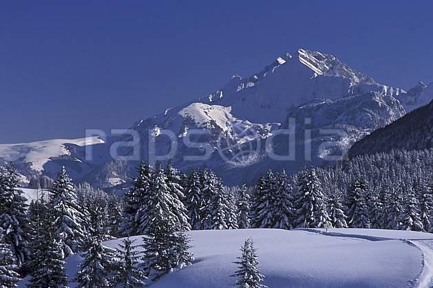 aa2127-26LE : Jallouvre depuis le plateau des Glières, Haute-Savoie, Alpes.  Europe, CEE, ciel bleu, sapin, C02, C01 arbre, forêt, moyenne montagne, paysage, Annecy 2018 (France).