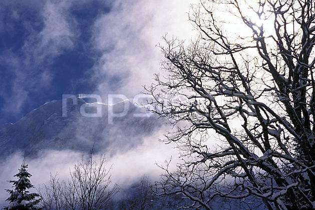aa2156-19LE : Paysage montagne enneigée, Alpes.  Europe, CEE, ciel nuageux, C02, C01 arbre, nuage (France).