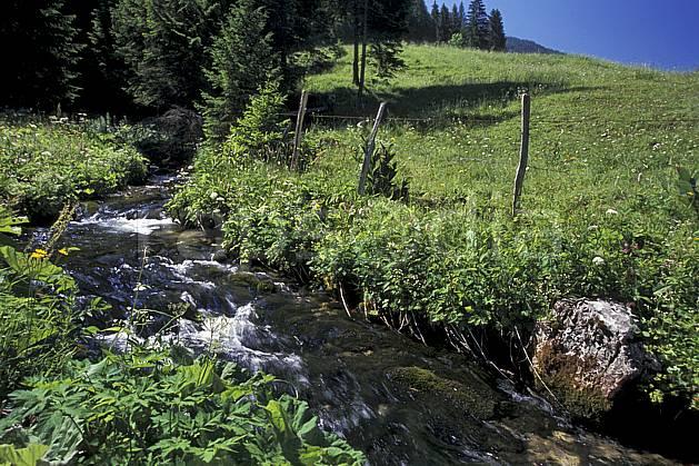 aa2452-13LE : Vallée de la Valserine, Monts Jura, Ain, Alpes.  Europe, CEE, champ, C02, C01 moyenne montagne, paysage, rivière (France).
