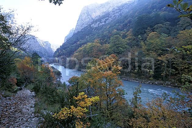aa2569-27LE : Gorges du Verdon, Le Verdon, Sentier Martel, Var.  Europe, CEE, ciel voilé, vallée, C02, C01 arbre, forêt, moyenne montagne, paysage, rivière (France).