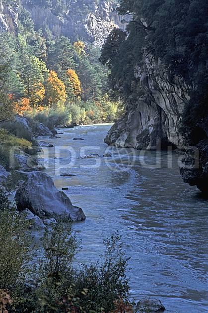 aa2569-32LE : Gorges du Verdon, Le Verdon, Sentier Martel, Var.  Europe, CEE, canyon, C02, C01 arbre, moyenne montagne, paysage, rivière (France).